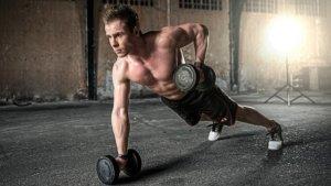 【背筋のトレーニング方法】ダンベルを使って効果的に鍛える方法!
