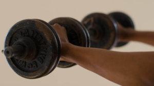 ダンベルプレスの重量をベンチプレスに換算する目安は?【30㎏・20㎏上がればベンチ何キロ上がる?】